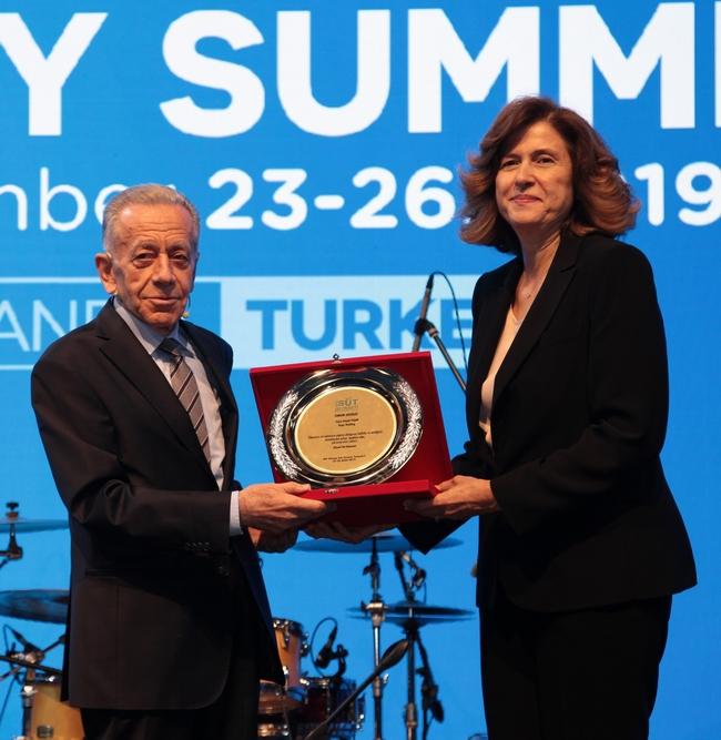 Ödülü Selçuk Yaşar adına Yaşar Holding Yönetim Kurulu Başkan Vekili ve Pınar Süt Yönetim Kurulu Başkanı İdil Yiğitbaşı aldı.