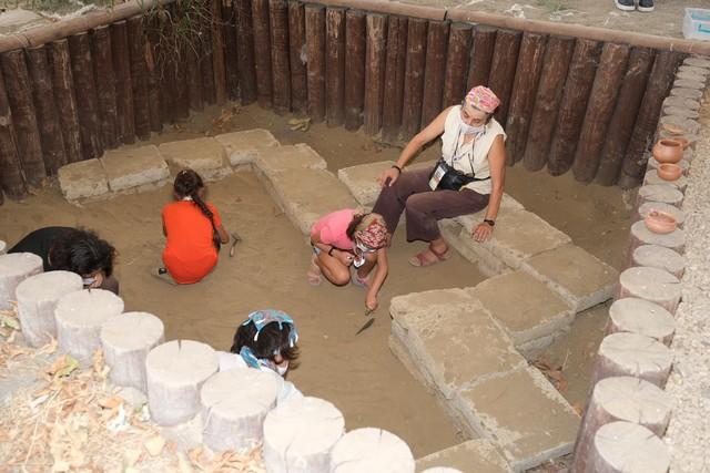 2020/08/1597038016_bursa_bueyueksehir_belediyesi_tarafindan_ilki_duezenlenen_arkeofest_2020,_Istanbul_ve_Izmir_basta_olmak_uezere_arkeoloji_meraklilarini_aktopraklik_hoeyuek_arkeopark'ta_bulusturdu_(7).jpg