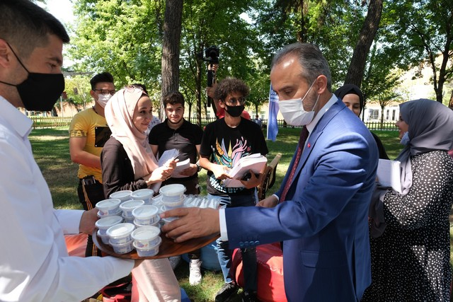2020/08/1597818939_kitap_kurtlarini_acik_havada_bulusturan_kuetuephane_(5).jpg