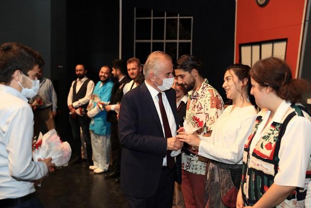 2020/10/1602705074_bueyueksehir_tiyatrosu_perdelerini_acti_(3).jpg