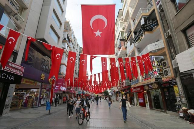 2020/10/1603808652_konak_belediyesi,_cadde_ve_sokaklari_da_sanli_ay-yildizli_bayragimiz_ve_atatuerk_posterleriyle_donatti_(3).jpg