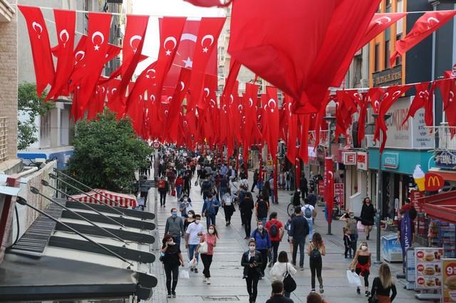 2020/10/1603808652_konak_belediyesi,_cadde_ve_sokaklari_da_sanli_ay-yildizli_bayragimiz_ve_atatuerk_posterleriyle_donatti_(4).jpg