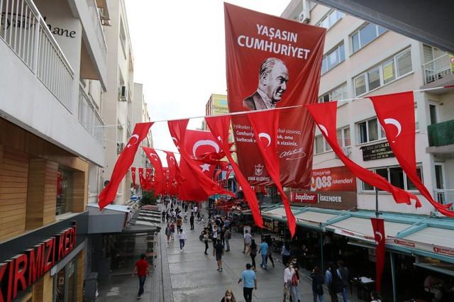 2020/10/1603808652_konak_belediyesi,_cadde_ve_sokaklari_da_sanli_ay-yildizli_bayragimiz_ve_atatuerk_posterleriyle_donatti_(5).jpg