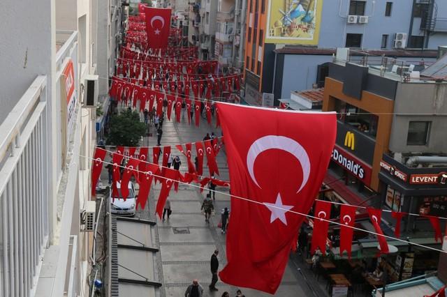 2020/10/1603808652_konak_belediyesi,_cadde_ve_sokaklari_da_sanli_ay-yildizli_bayragimiz_ve_atatuerk_posterleriyle_donatti_(7).jpg
