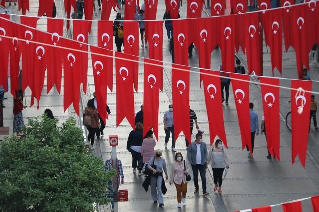 2020/10/1603808652_konak_belediyesi,_cadde_ve_sokaklari_da_sanli_ay-yildizli_bayragimiz_ve_atatuerk_posterleriyle_donatti_(8).jpg