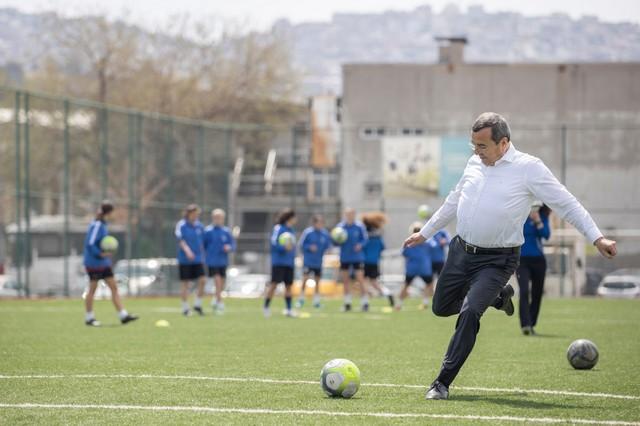 2021/04/1618398257_batur-dan_kadin_futbolculara_moral_ziyareti.jpg