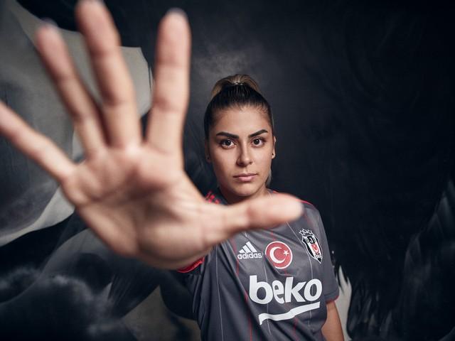 2021/07/1626344467_adidas-_besiktas-in_2021-2022_sezonu_formalarini_lbesiktas_sensinr_diyerek_taraftarlarla_bulusturdu_-5.jpg