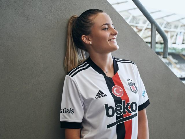 2021/07/1626344469_adidas-_besiktas-in_2021-2022_sezonu_formalarini_lbesiktas_sensinr_diyerek_taraftarlarla_bulusturdu_-6.jpg