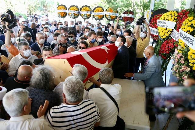 2021/08/1629219149_karsiyaka_belediyesi-_gectigimiz_gun_yasama_veda_eden_Izmir-in_simge_degerlerinden_sancar_maruflu_icin_cenaze_toreni_oncesinde_bir_saygi_etkinligi_gerceklestirdi_-13.jpg