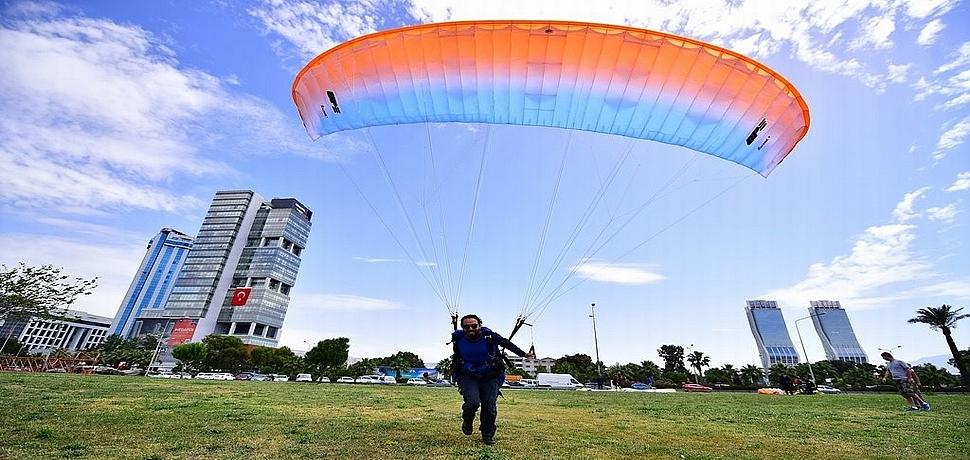 Bayraklı sahili, yamaç paraşütü pilotlarının en gözde yeri oldu