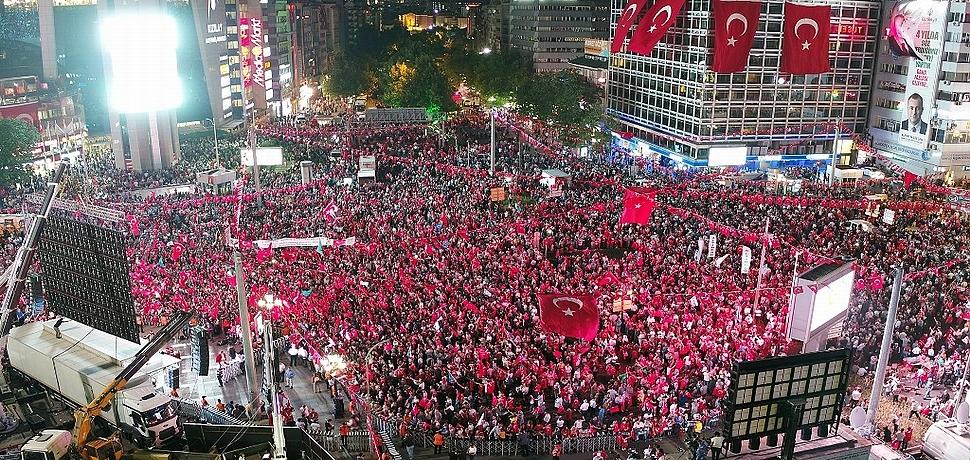 Başkent'te Yer Gök Kırmızı Beyazdı