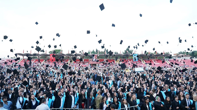 Balıkesir Üniversitesi'nde Mezuniyet Gururu