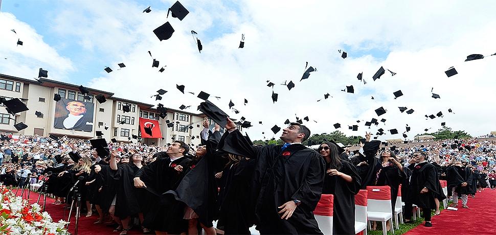 Koç Üniversitesi 25'inci mezunlarını verdi