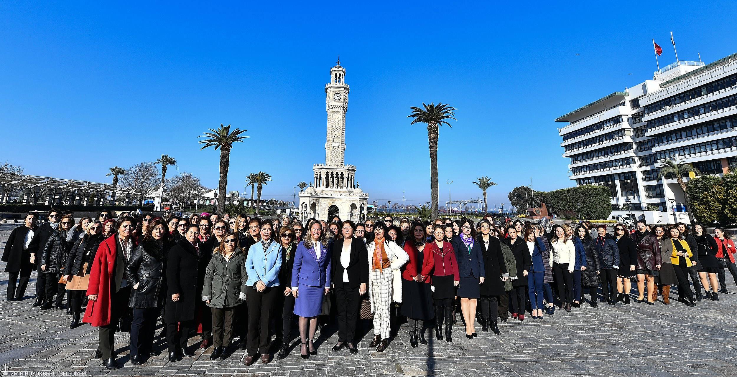 İzmir Büyükşehir Belediyesi'nde yöneticilerin yarısı kadın