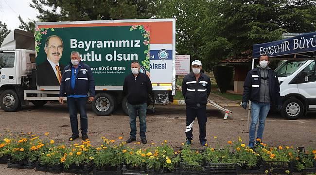 Bayramda rengarenk çiçekler yine Büyükşehir'den