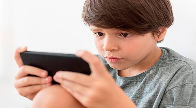 Çocukların gözlerini en çok akıllı telefonlar zorluyor
