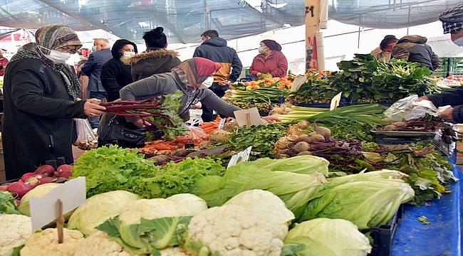 Aliağa Pazarını Kışlık Sebze ve Meyveler Şenlendiriyor