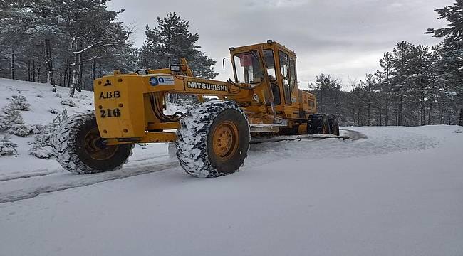 Büyükşehir ekipleri teyakkuzda: Kardan kapanan yollar açılıyor!
