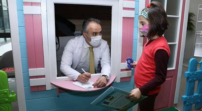 """Doktordan çocuklara mucizevi reçete: """"Tok karnına 1 doz masal"""""""