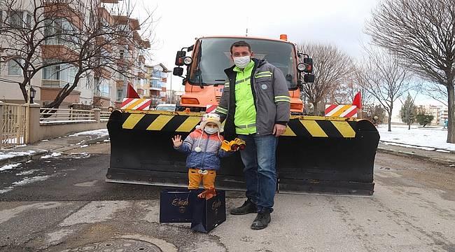 Oyuncak kamyonu ile belediyeye destek olan Atahan'a Büyükşehir'den sürpriz