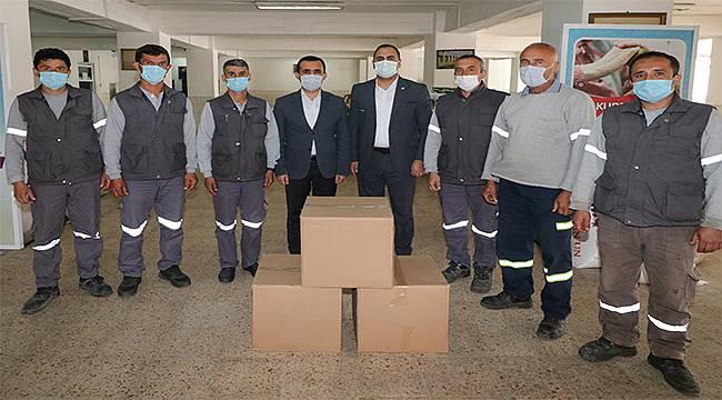 Bergama'da işçilere gıda yardımı