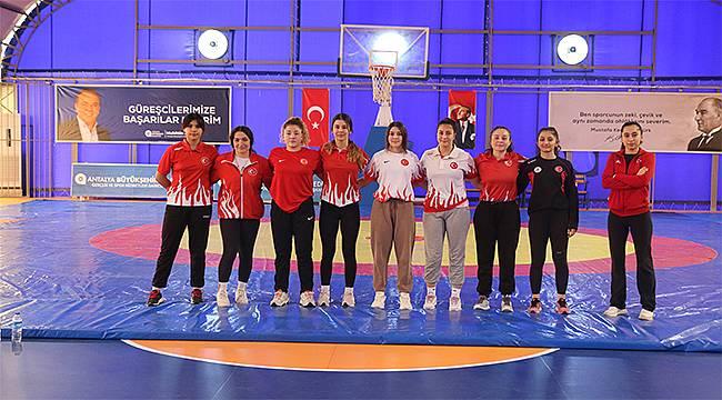 Büyükşehir'in kadın güreşçileriMilli Takım için ter dökecek