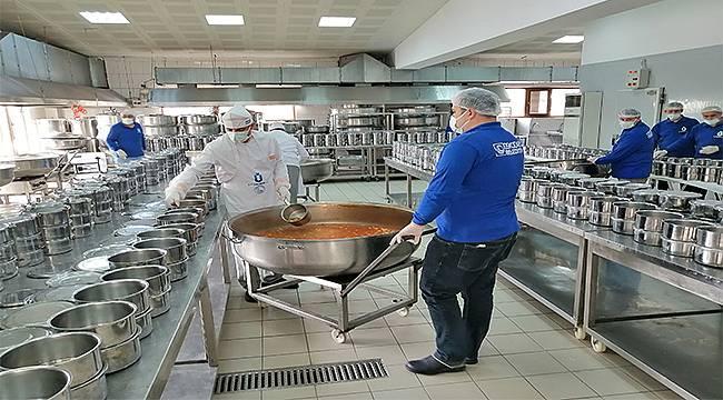 Üsküdar'da binlerce aileye her gün sıcak yemek gidiyor