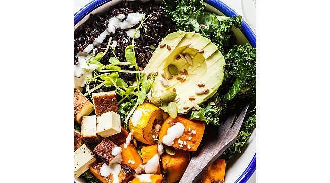 Gastronometro şeflerinden enerjisi bol Siyah Pirinçli Tofu Salatası tarifi!