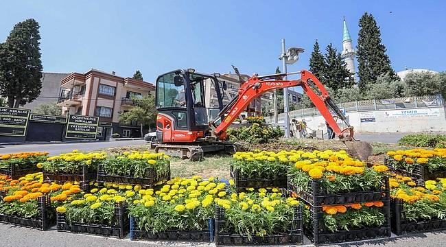 İzmir Buca'da cadde ve parklar çiçekleniyor