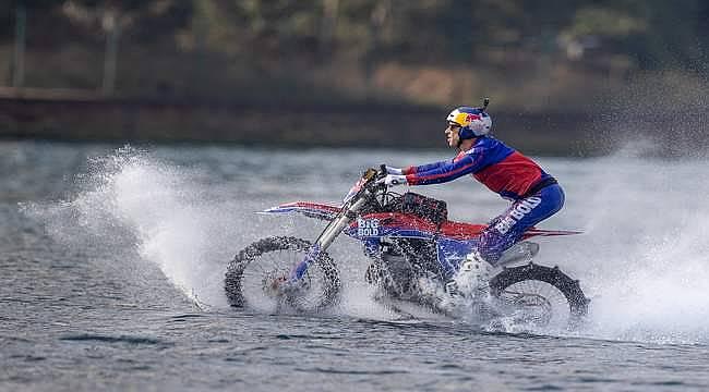 İstanbul Boğazı'nı motosikletiyle su üzerinde geçti