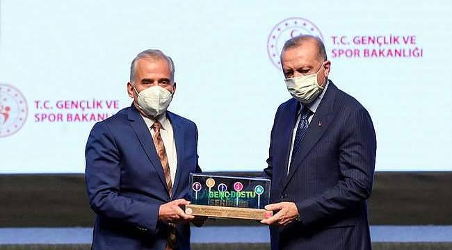 Başkan Zolan, Genç Dostu Şehir ödülünü Cumhurbaşkanı Erdoğan'ın elinden aldı