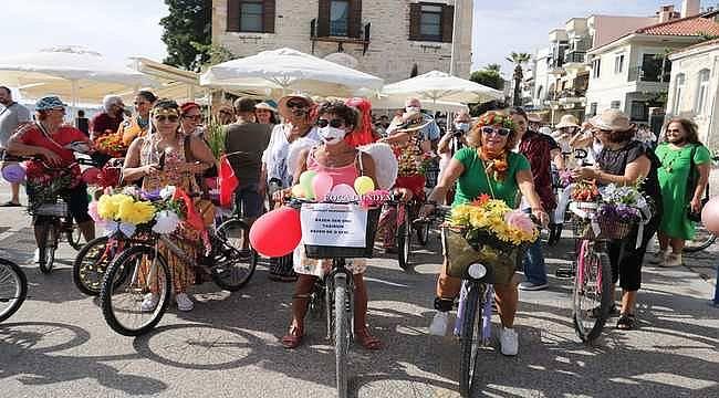 Foça'nın süslü kadınları bisiklet kullanmayı özendirmek için pedal bastı