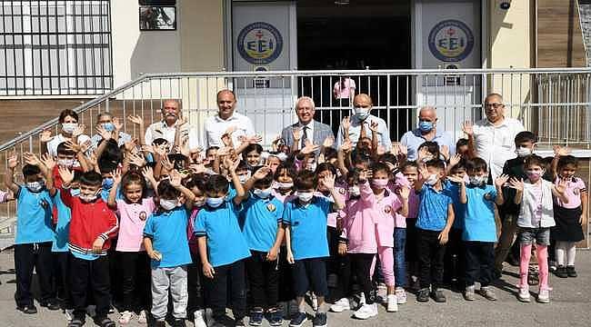 Karabağlar Belediyesi'nden öğrencilere kırtasiye desteği